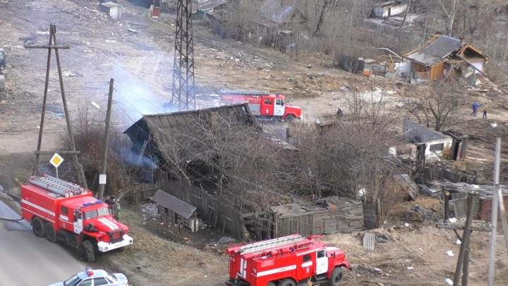 «Случайность? Не думаю»: на месте будущей развязки 4-го моста по Волочаевской загорелся частный дом