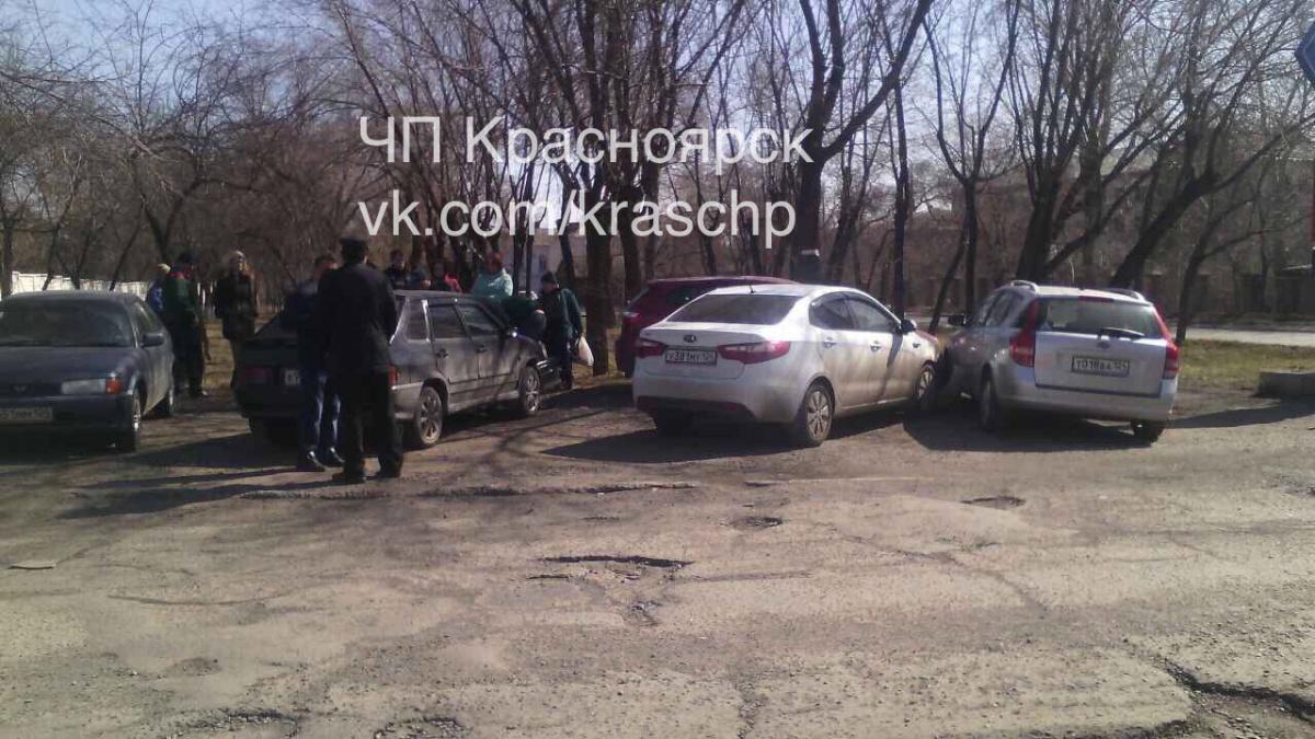 Красноярка зарулем иномарки протаранила 4 машины на стоянке