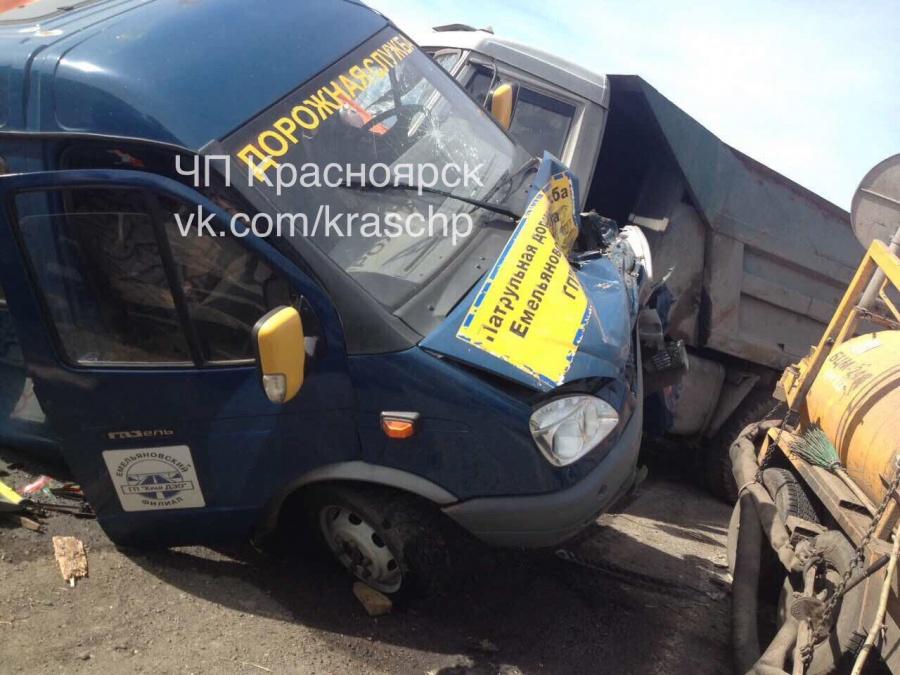 Под Красноярском «КамАЗ» раздавил автомобиль дорожников