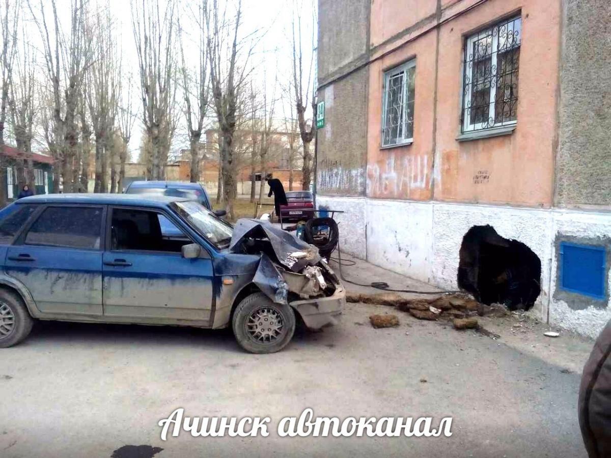 ВАЗ пробил стену панельного дома вАчинске