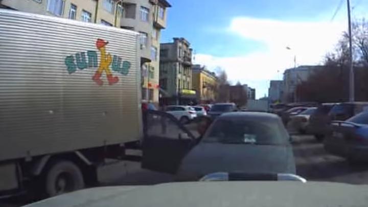 «Мгновенная карма»: водитель грузовика случайно наказал легковушку на «встречке»