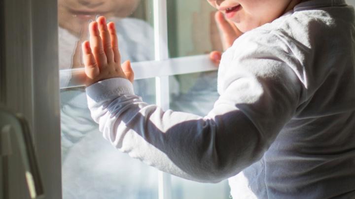 На Кутузова ребенок под присмотром родителей выпал из открытого окна