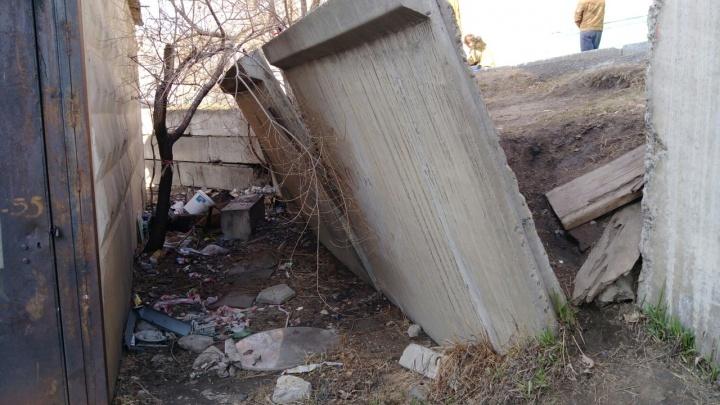 Возле школы в «Солнечном» накренилась бетонная подпорная стена