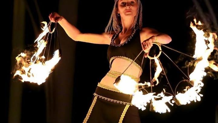 Учительница начальных классов учит детей делать шоу с огнем