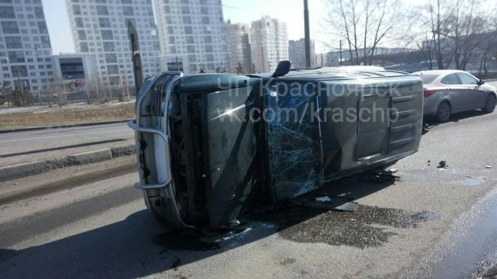 Внедорожник опрокинулся на кольце Шахтеров после неудачного перестроения