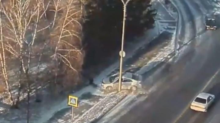 «Тойоту» вынесло на скользкой дороге в столб по Дубровинского