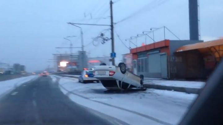 Пьяный водитель «Приоры» врезался в «Мазду» и перевернулся у ТРЦ «Июнь»