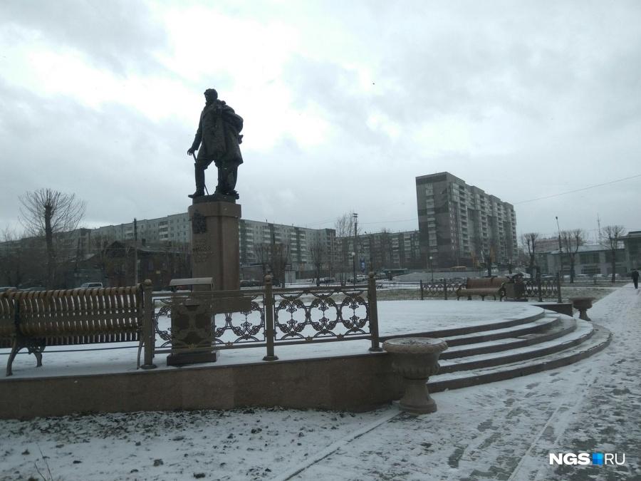 Открытый 4 месяца назад монумент первому красноярскому губернатору начал рушиться