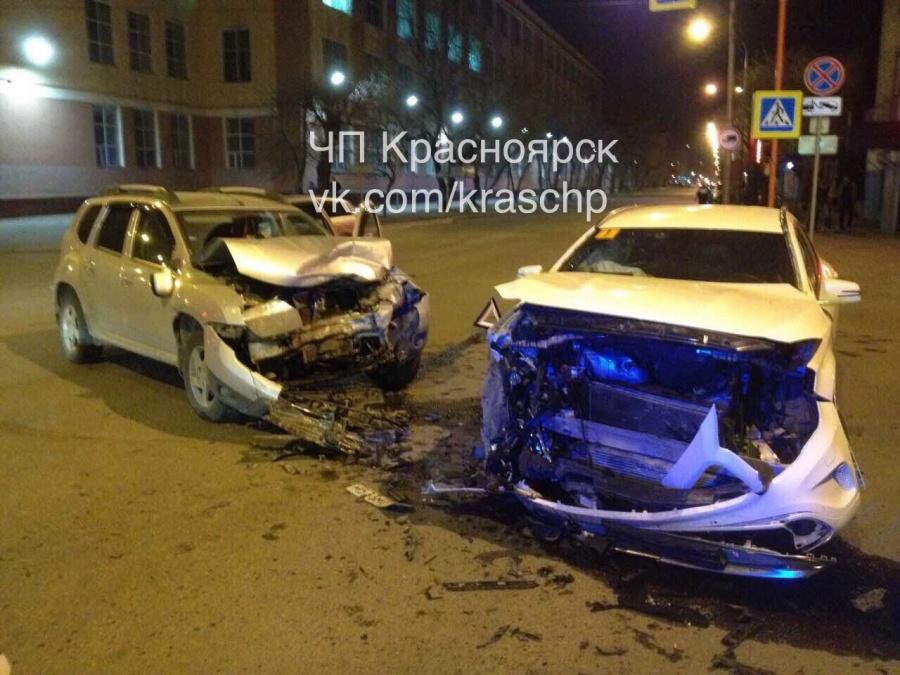 Фото: в Красноярске «Рено» и «Мерседес» совершили мощное столкновение
