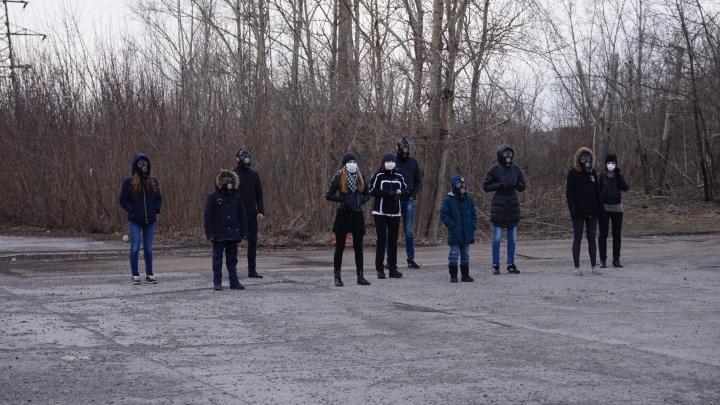 Красноярцы пришли станцевать на фоне ТЭЦ для съемок пародии на хит «Грибы — тает лед»