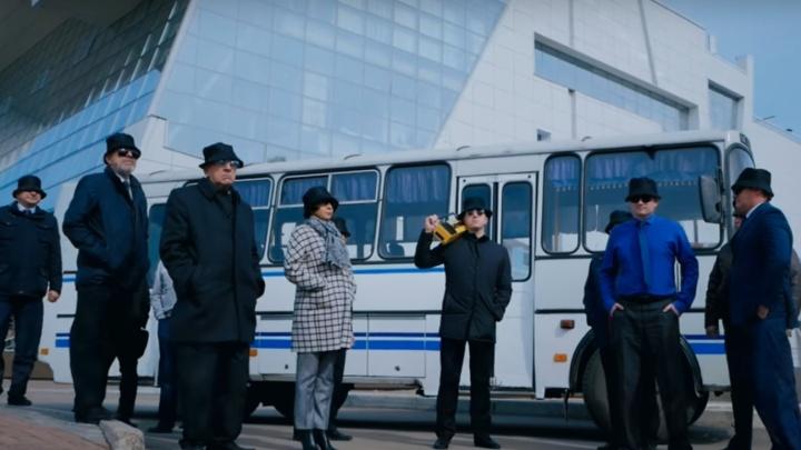 «На КрасТЭЦ купили шапочки и очки»: директора институтов СФУ снялись в пародии на хит «Тает лед»
