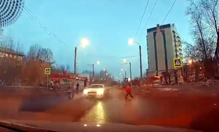 Возмутительное видео изКрасноярска: шофёр пролетел через переход расталкивая женщин идетей