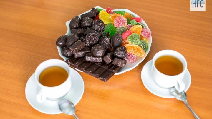 «Легкой работы здесь ни у кого нет»: репортаж со старейшей фабрики по производству сладостей