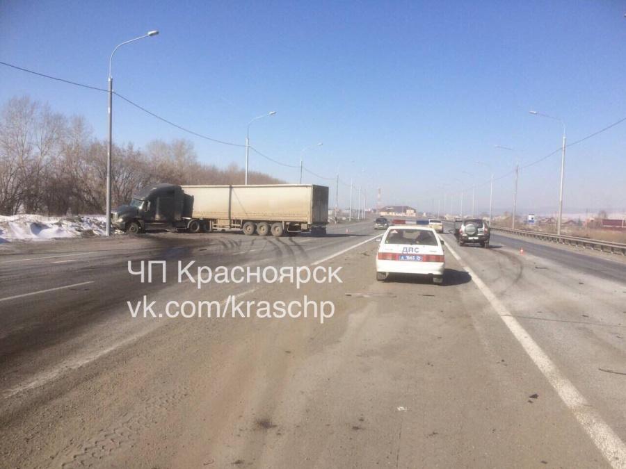 Фура протаранила «Ниву» под Красноярском. Пострадали женщина иребенок
