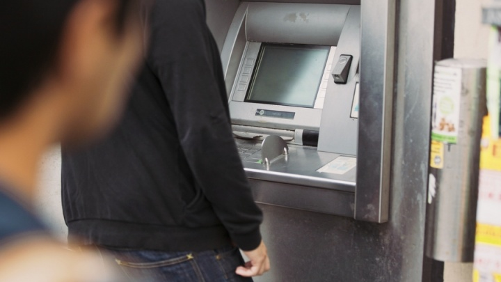 Девушка взяла случайно оставленные в банкомате 5 тысяч и была обвинена в краже