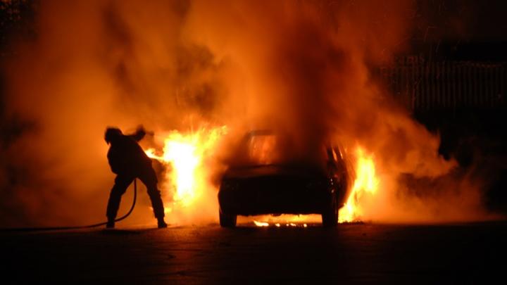 Возле автосервиса неизвестные подожгли тягач и случайно сожгли еще два авто