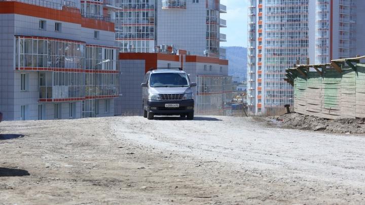 «Езжу и каждый раз матерюсь»: жители ЖК «Орбита» жалуются на разбитую дорогу