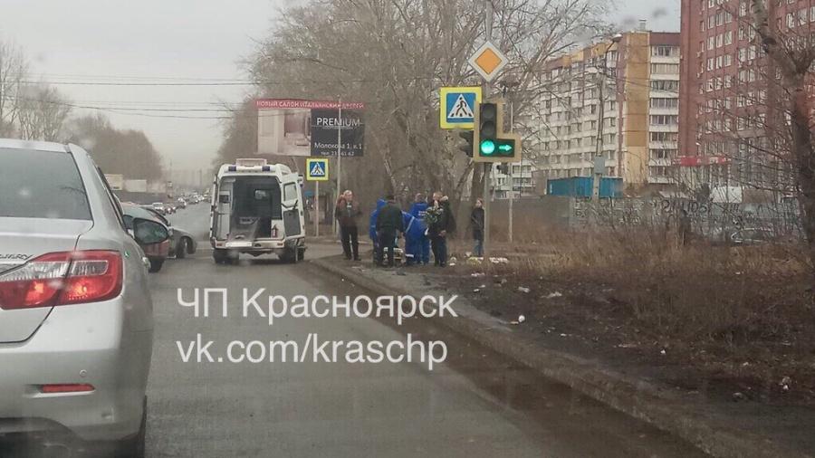 Молодая девушка на«Вольво» врезалась в«Форд» исбила пешехода натротуаре