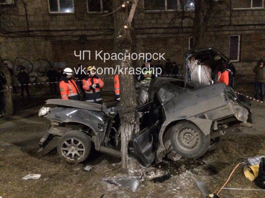 Шофёр вКрасноярске наогромной скорости врезался вдерево и умер