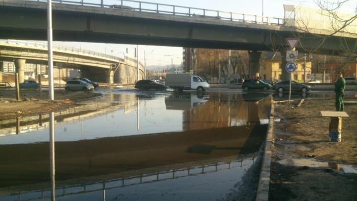 Две улицы затопило водой из-за прорыва водопровода под развязкой на Брянской