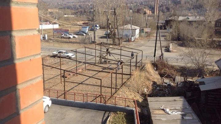 Жильцы дома на Судостроительной возмутились строящейся под окнами автомойкой