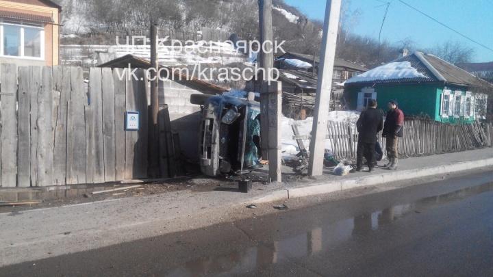 «Припарковался боком в забор»: на Базайской «Ниссан» въехал в частный дом