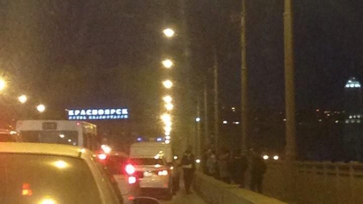 Неадекватного мужчину сняли с перил Коммунального моста