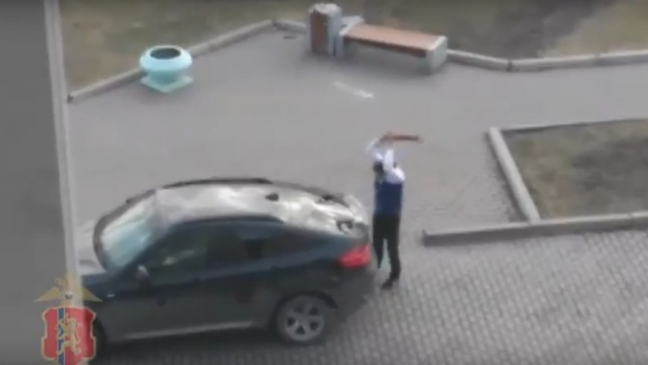 Очевидцы сняли крушившего BMW X6 неадекватного мужчину с Красраба