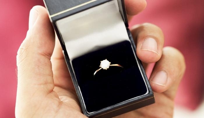Из-за долгов с женщины сняли 3 золотых кольца для расчета