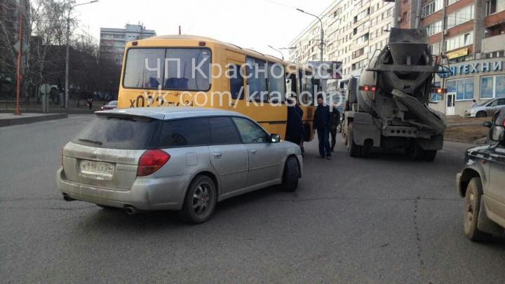 Авария бетономешалки, автобуса и «Субару» поставила Высотную и Копылова в огромную пробку