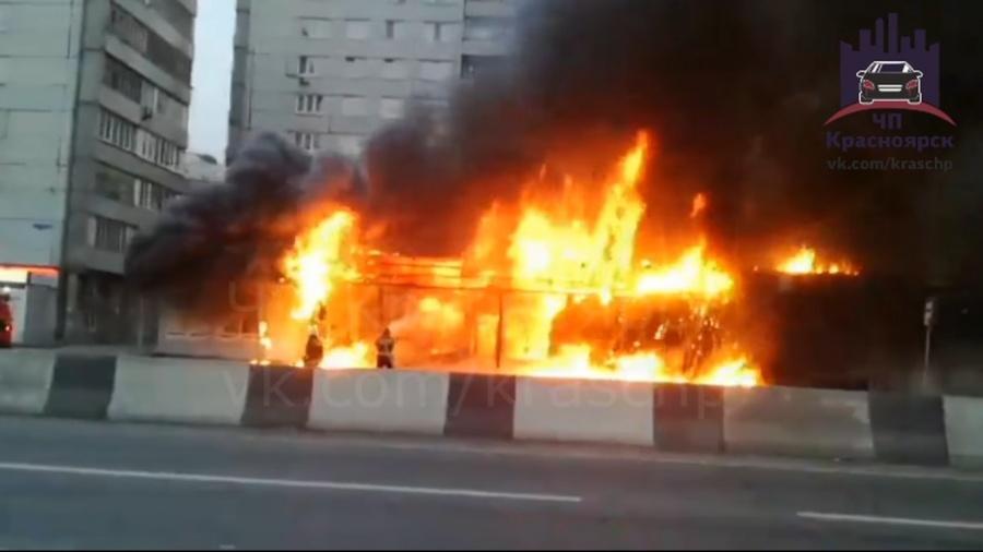 Сильнейший пожар уничтожил три павильона вцентре Красноярска