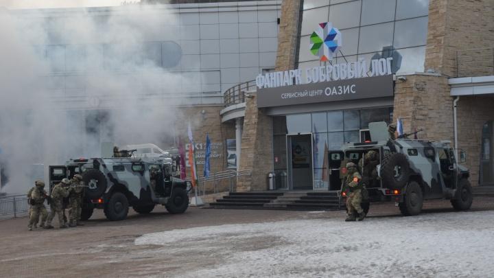 Силовики учились братьштурмом захваченное террористами здание в «Бобровом логу»