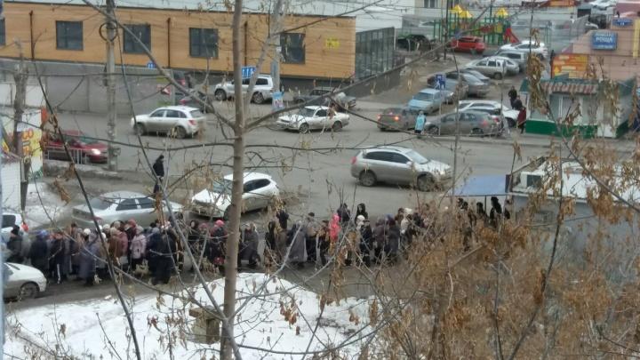 Огромная очередь собралась утром в отделение соцзащиты на Воронова
