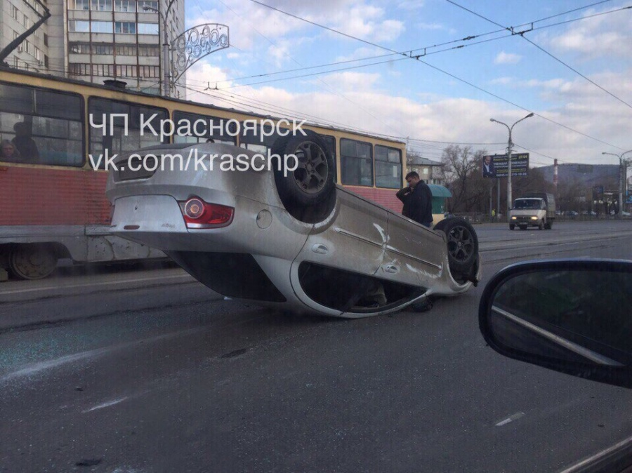 Направобережье Красноярска иностранная машина  перевернулась накрышу