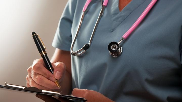 Опубликованы размеры зарплат всех главрачей и бухгалтеров больниц по краю