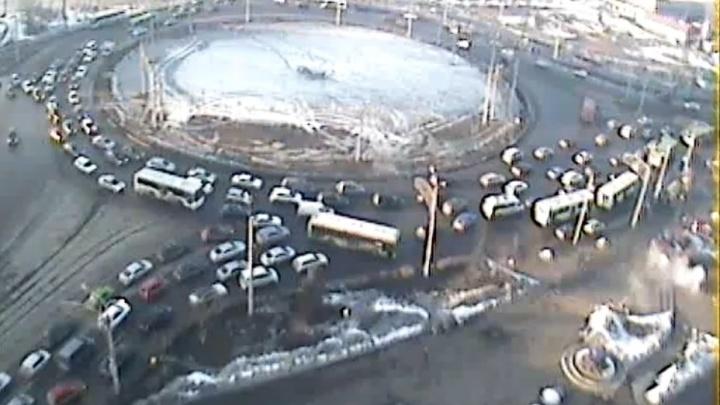 Мелкие ДТП и предпраздничная суета поставили Красноярск в пробки