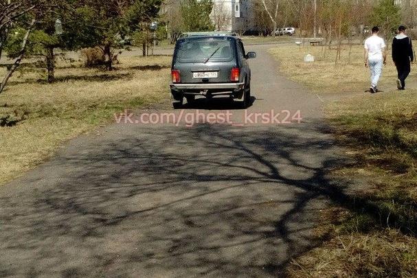 На Ульяновском пешеходы сняли разъезжающую по тротуарам и газонам «Ниву»