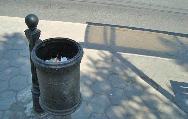 «Нашествие урн»: красноярец удивился обилию мусорок у краевой администрации