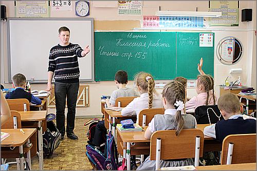 Учитель начальных классов учит школьников брейк-дансу в перерывах на уроках