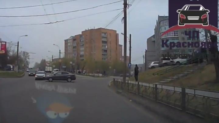На Киренского иномарка без водителя выкатилась на оживленную улицу