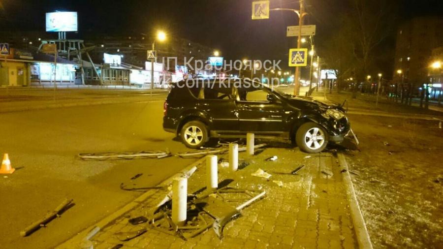 Вседорожный автомобиль с нетрезвым водителем перевернулся иснес ограждения наКрасрабе