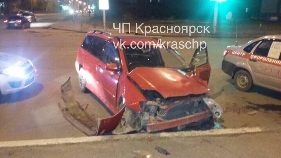 ВКрасноярске фургон протаранил авто сдетьми ивлетел в сооружение