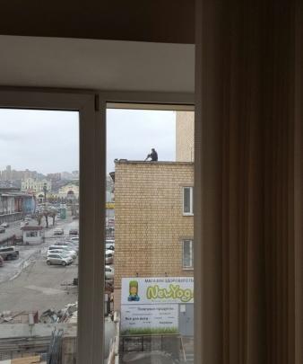Мужчину с винтовкой задержали на крыше дома культуры