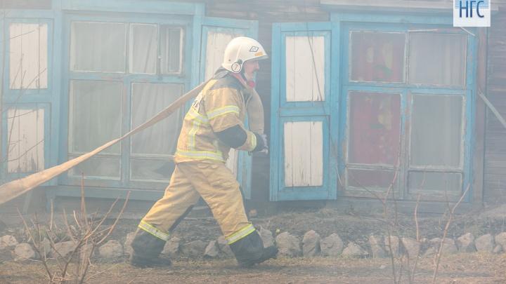 Подозреваемого в массовом возгорании домов под Красноярском полиции пришлось спасать от самосуда