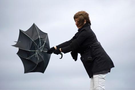 Шквалистый ветер до 27 м/с задержится в Красноярске еще на 2 дня