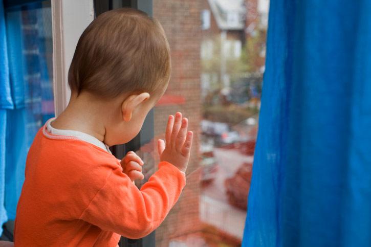 Двухлетний кемеровчанин выпал изокна 2 этажа, пока мать была накухне