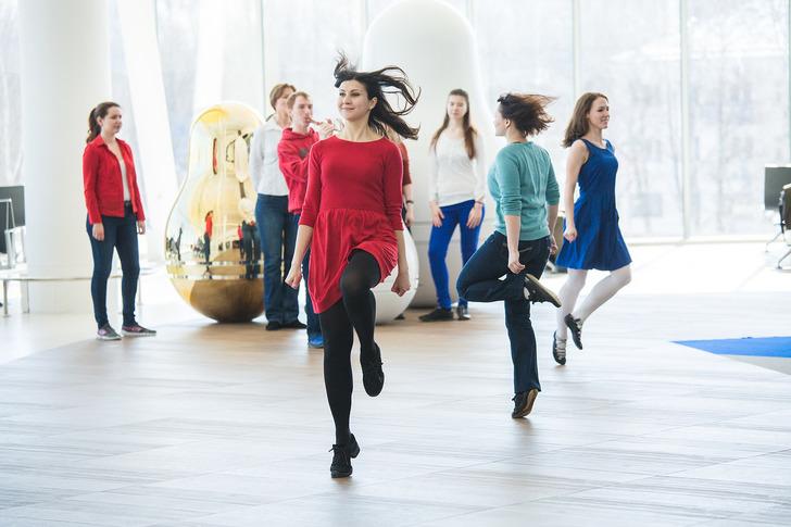 Танцевальный флешмоб вчесть дня Святого Патрика прошел ваэропорту «Стригино»