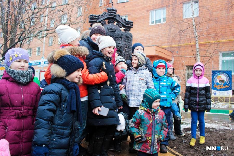 «Трон царя Салтана» установили уздания областной детской библиотеки вНижнем Новгороде
