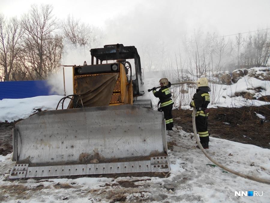 ВНижнем Новгороде наулице зажегся гусеничный бульдозер