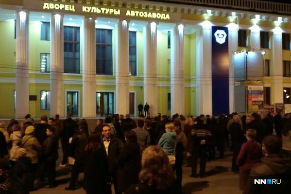 Зрители ждут продолжение концерта на улице.